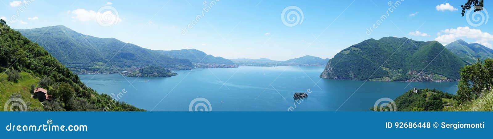Fantastiskt panorama- från `-Monte Isola ` med sjön Iseo italiensk liggande Ö på laken Sikt från ön Monte Isola på sjö I