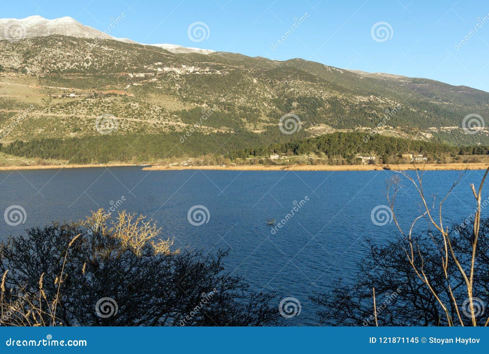 Fantastiskt vinterlandskap av berget för sjö Pamvotida och Pindus från stad av Ioannina, Epiru