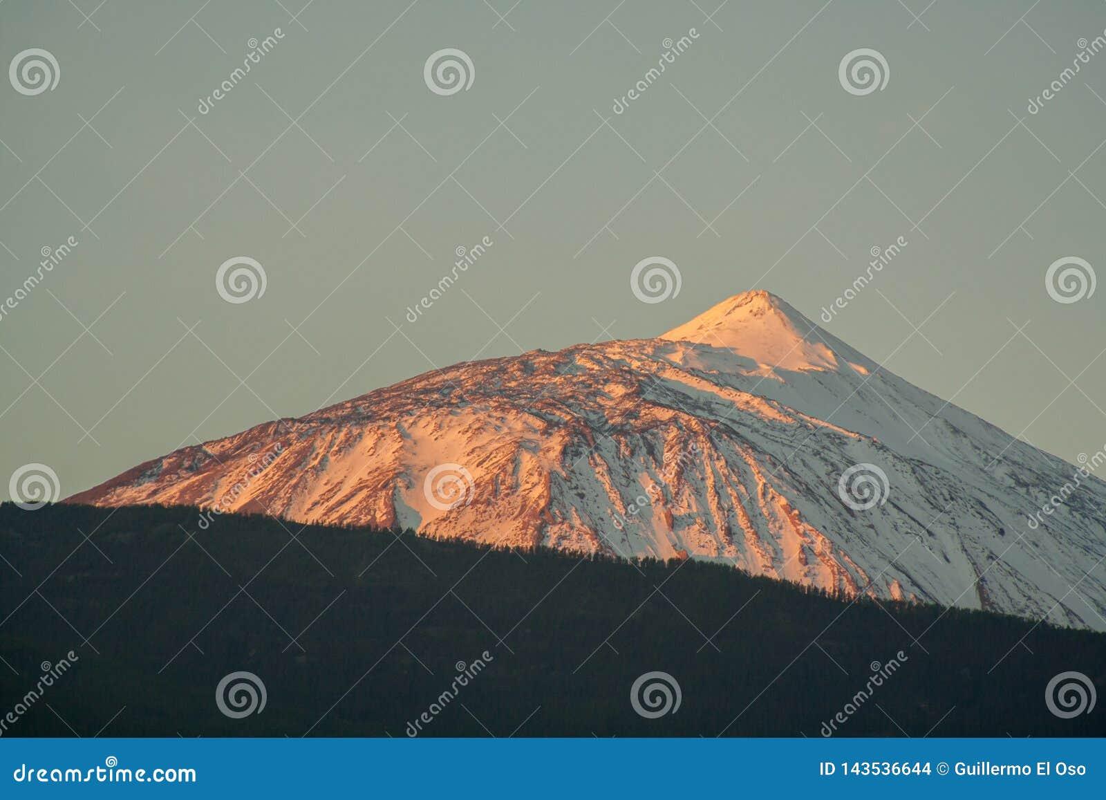 Fantastyczna śnieżna góra przy wschód słońca