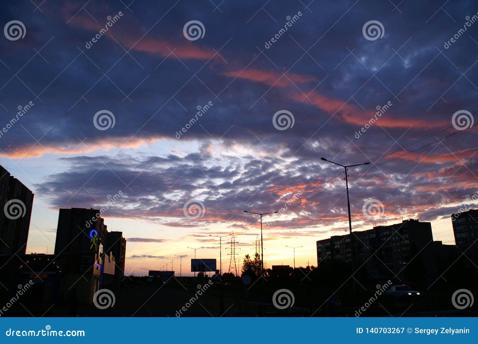 Fantastyczne zmierzchu i zmroku chmury z czerwoną strzałą