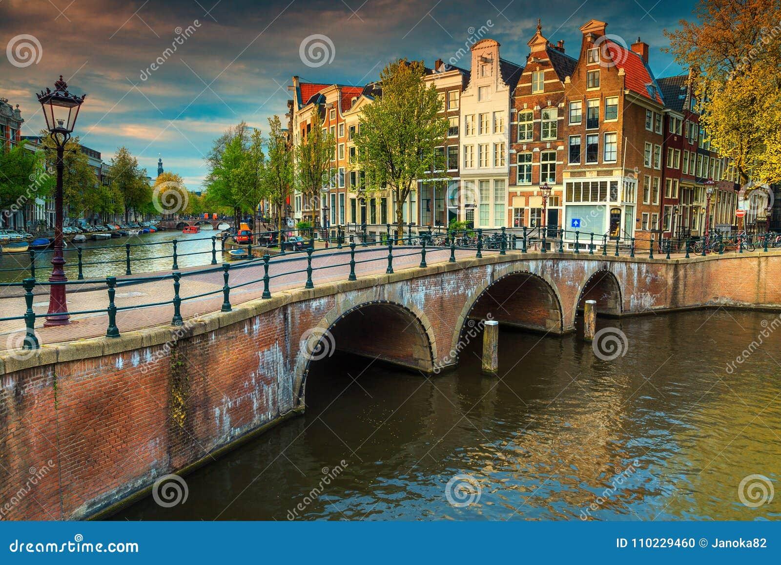 Fantastyczni wodni kanały z mostami i kolorowymi domami, Amsterdam, holandie