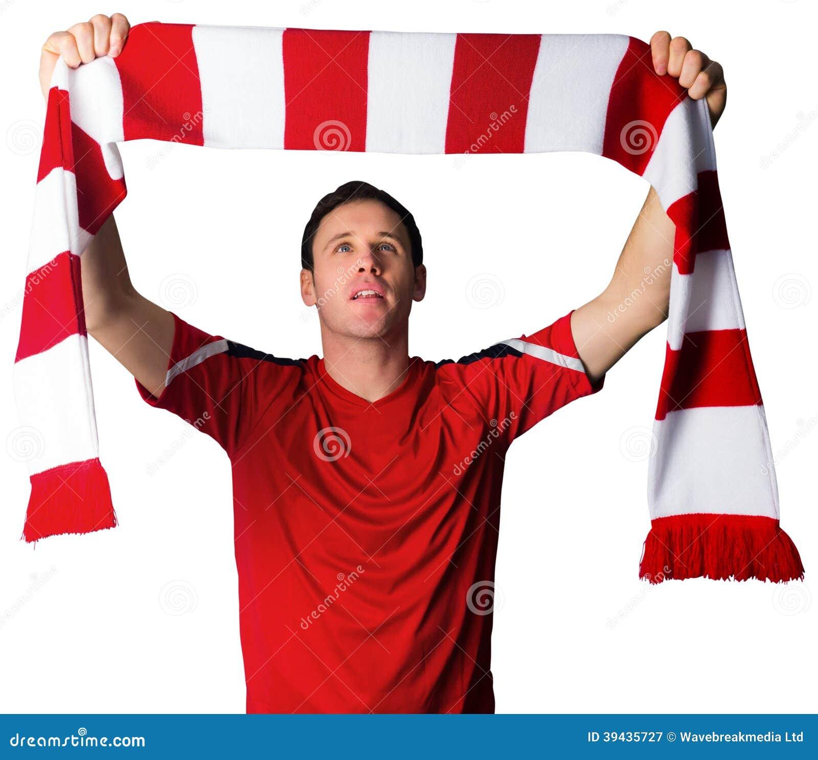 Fanático del fútbol en bufanda que se sostiene roja
