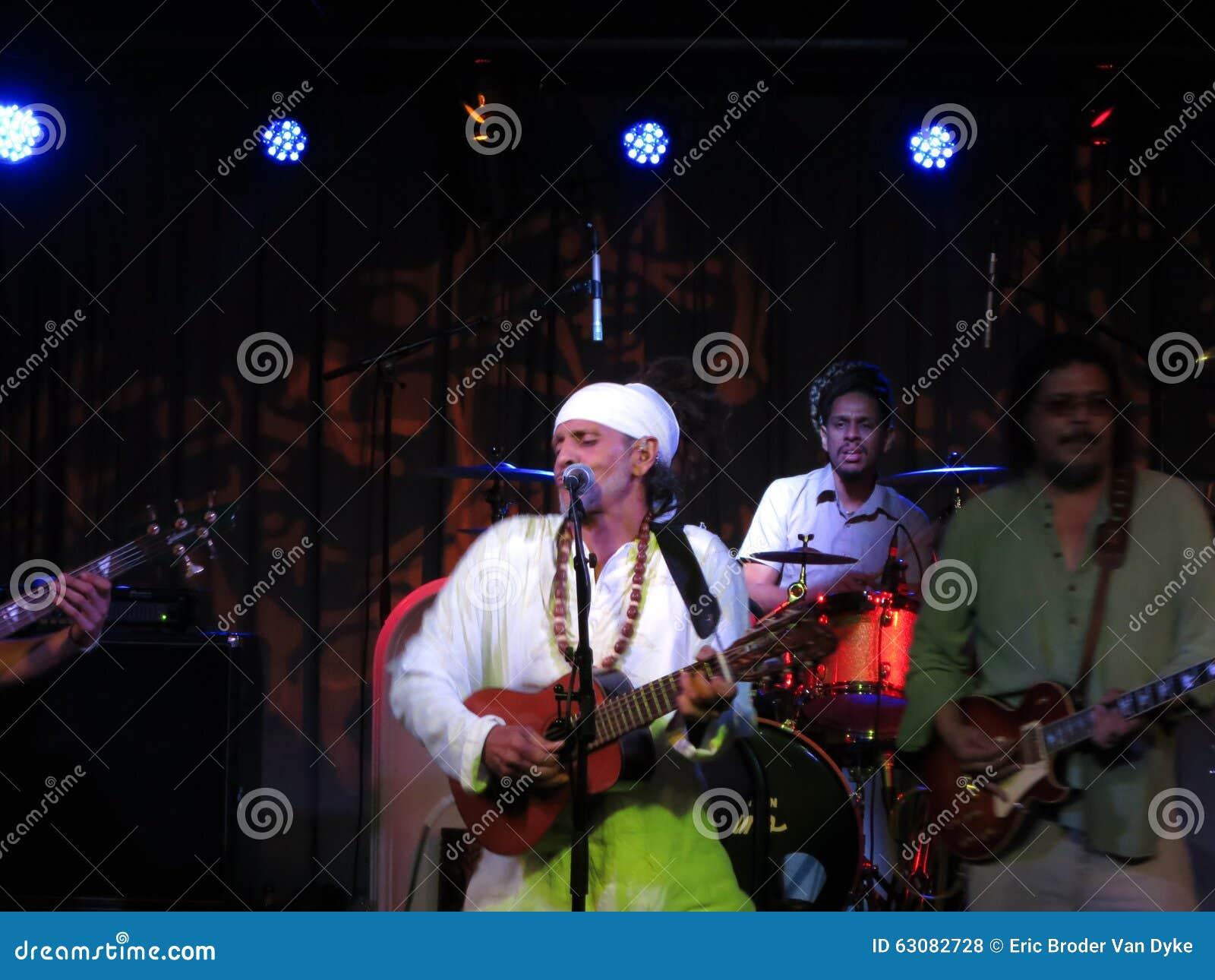 Download Fantuzzi Joue La Guitare Et La Bande Bloque à L'intérieur Aux Carrefours Photo stock éditorial - Image du live, groupe: 63082728