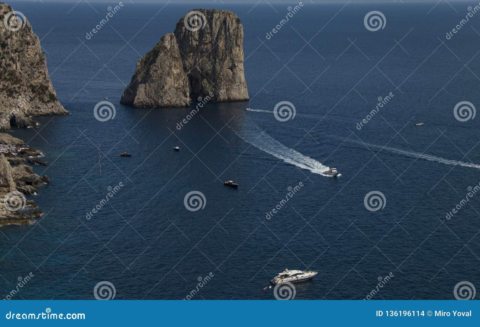 Faraglioni dichtbij Capri-eiland