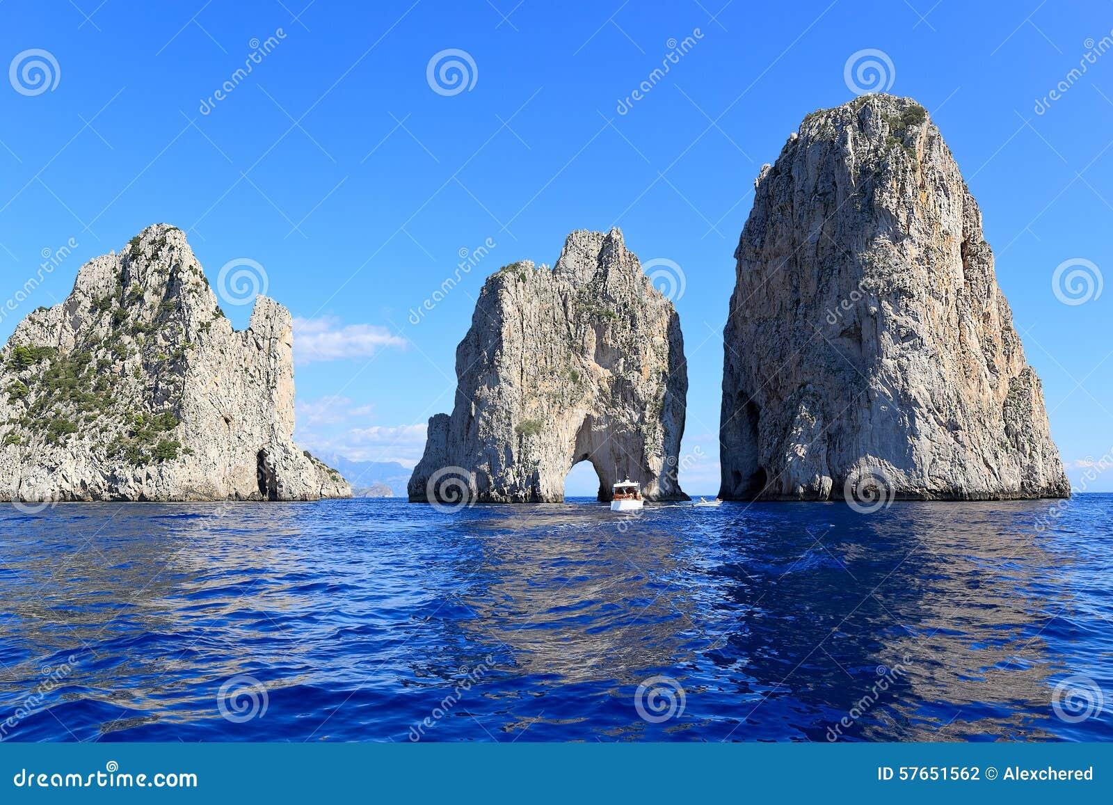 Faraglioni - trzy sławnej skały, Capri wyspa - Włochy