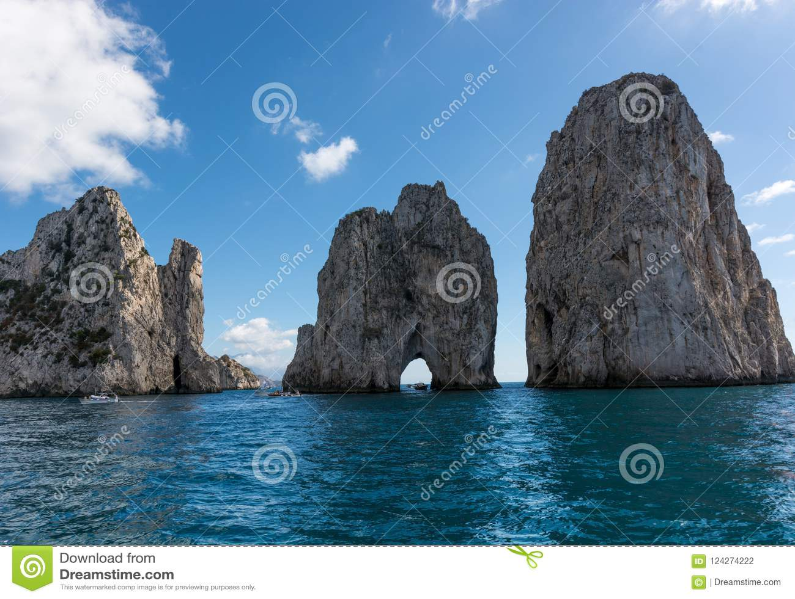 Faraglioni van Capri, het symbool van het eiland, in guf od Napels, Campania, Italië wordt gevestigd dat