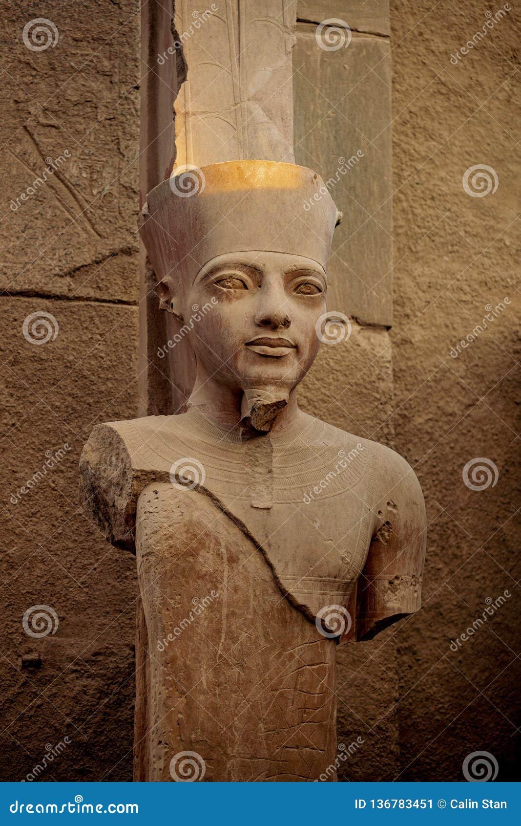 Faraostatyn i det forntida fördärvar av templet av Karnak i Luxor, Thebes, Egypten