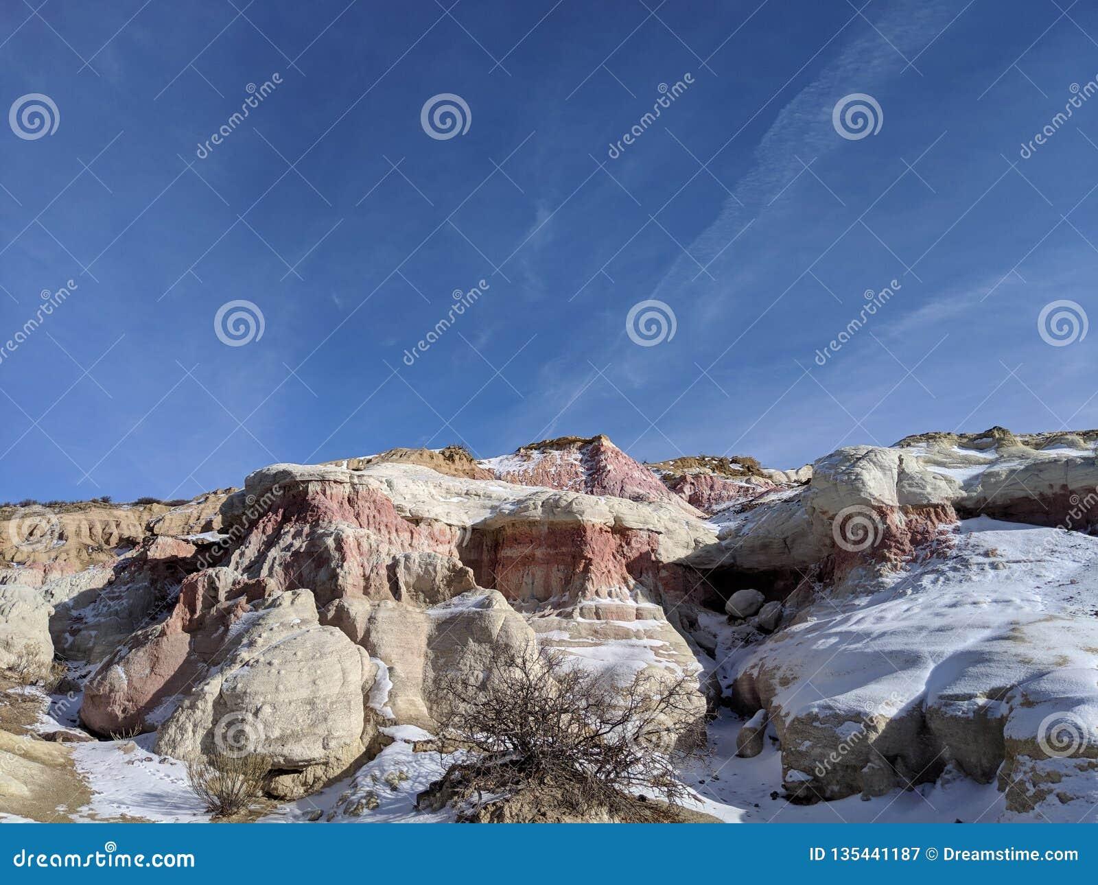 Farba minuje czerwieni i bielu skałę z niebieskim niebem