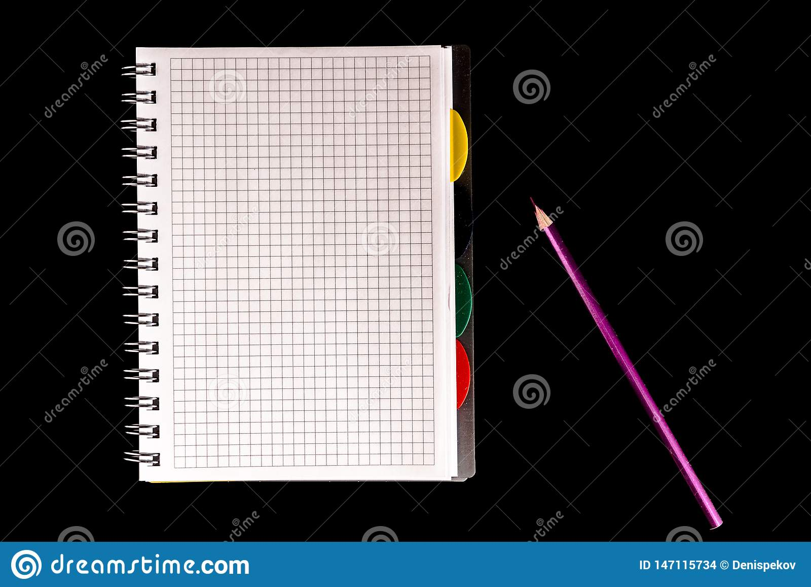 Farbbleistift und Notizbuch, Isolat auf schwarzem Hintergrund