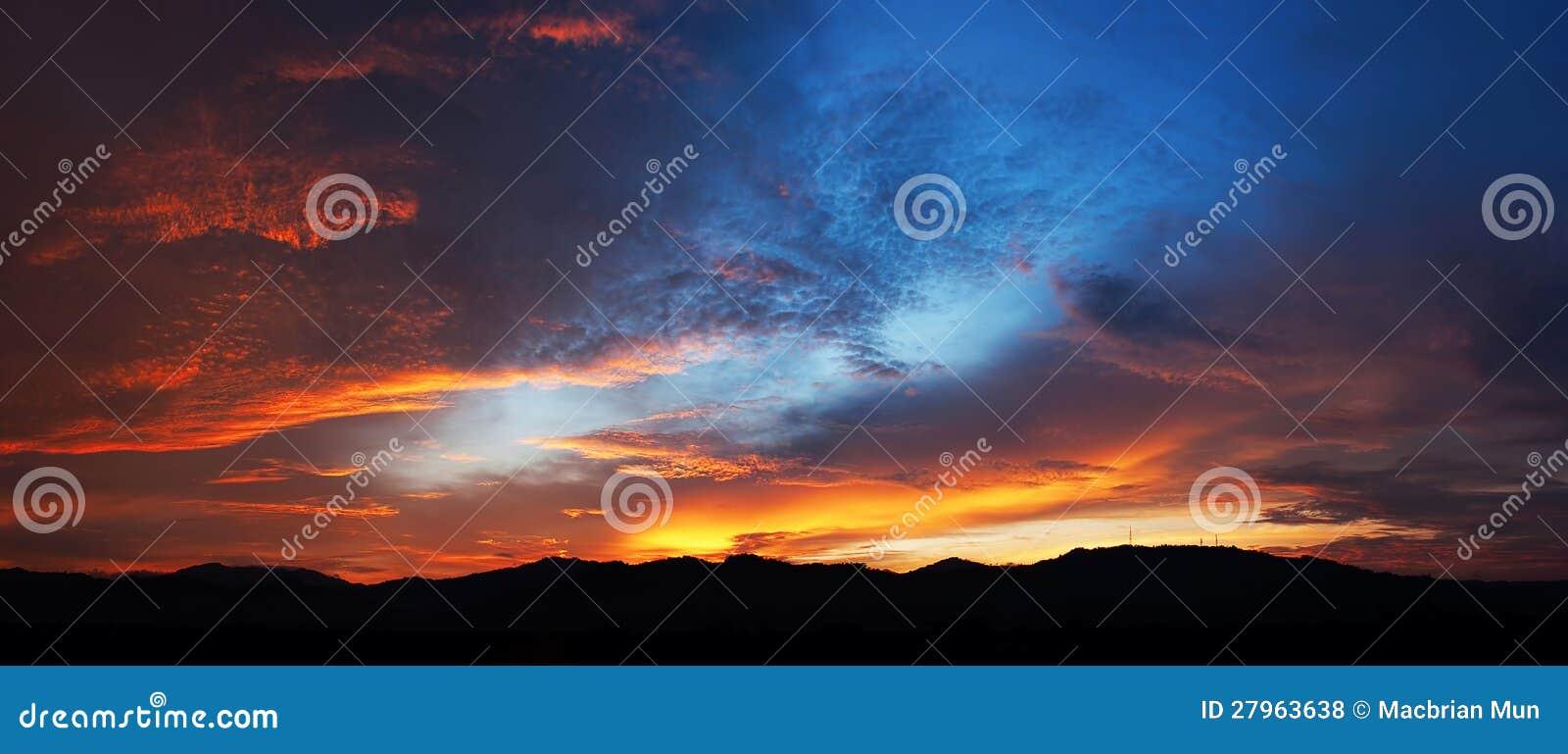 Farben des prachtvollen Sonnenuntergangs