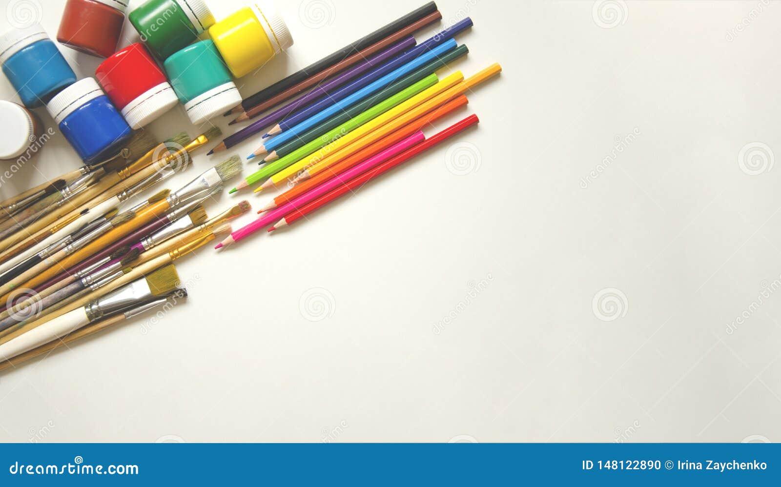 Farben und B?rsten, Bleistift Auf einem wei?en Hintergrund