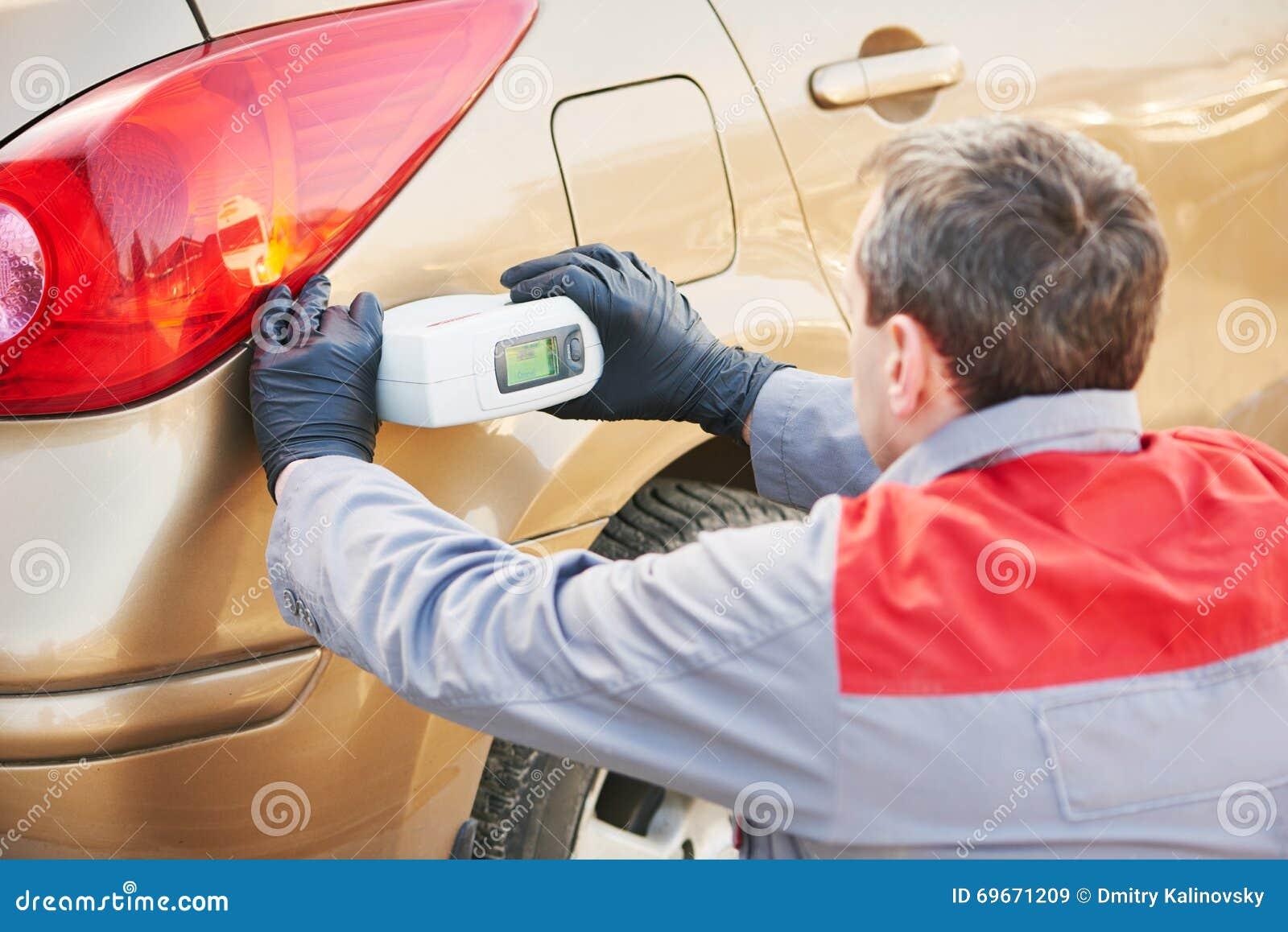 Farbenkünstlermann, der farbe des autos mit zusammenpassendem ...