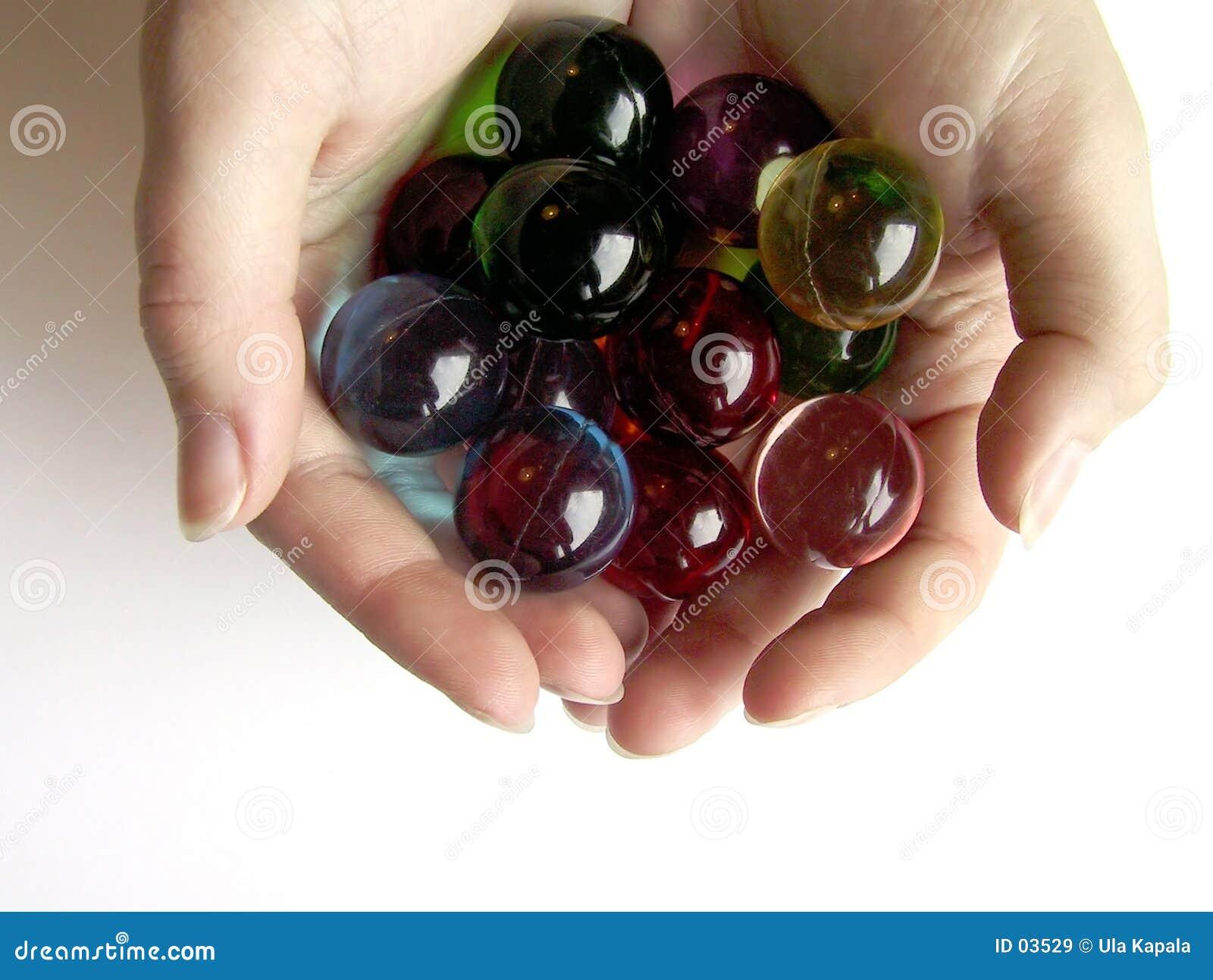 Farbige Badkugeln in den Händen