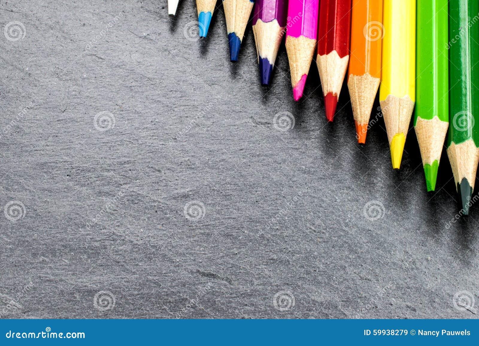 Farbige Bleistifte auf Schiefer