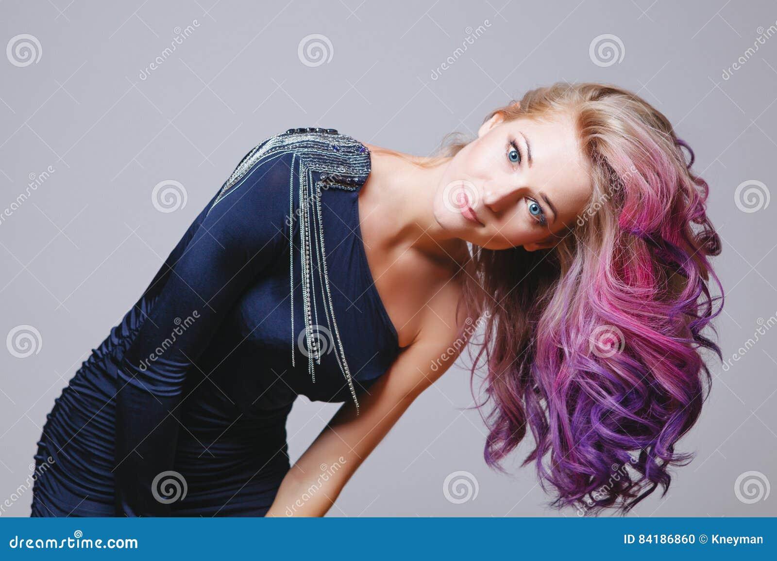 Ombre Frisur | Farbige Frisur Portrat Von Lachelnden Frauen Mit Grossen Blauen Augen