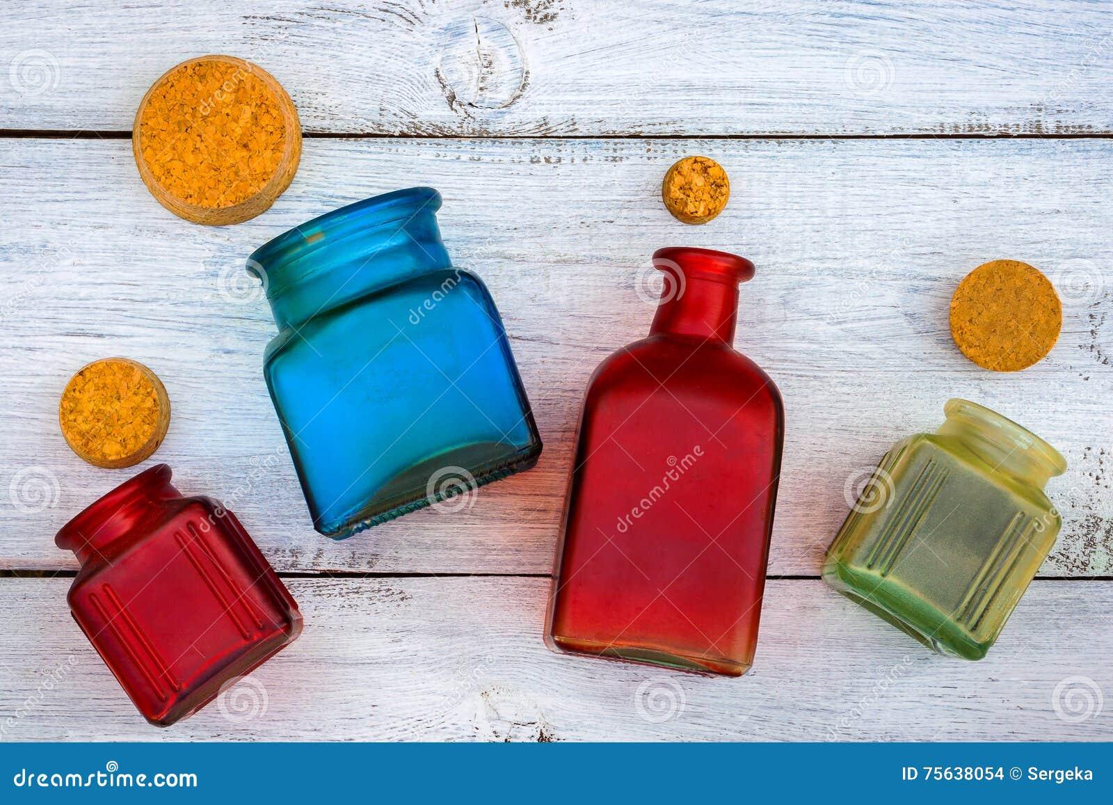 Farbige Glasflaschen mit Stoppern