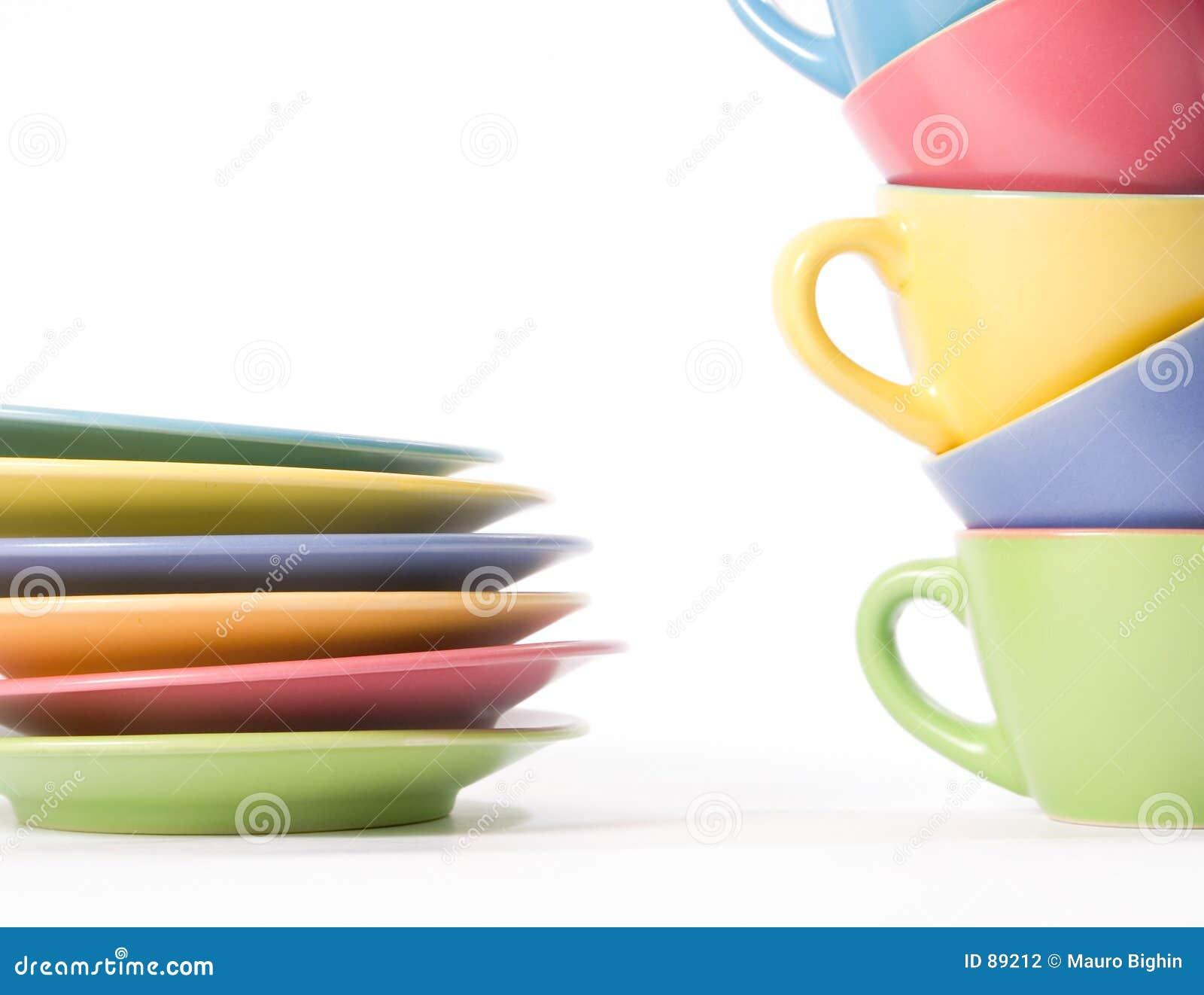 Farbige Kaffeetassen und Teller
