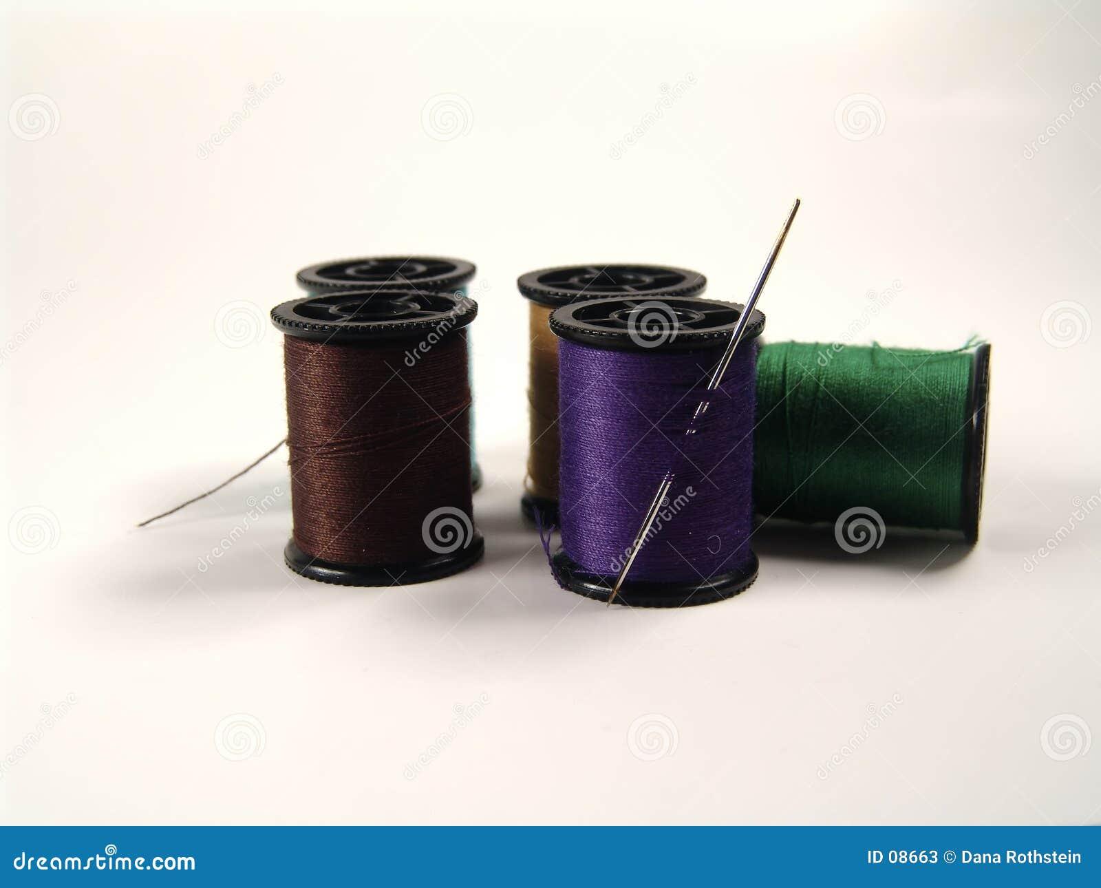 Farbige Spulen und Nadel