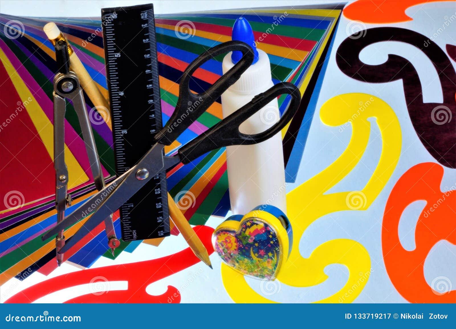 Farbiges Papier und Muster für die Kreativität der Kinder