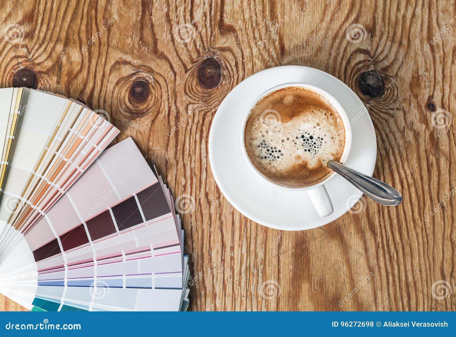 Farbpalette und Kaffeetasse