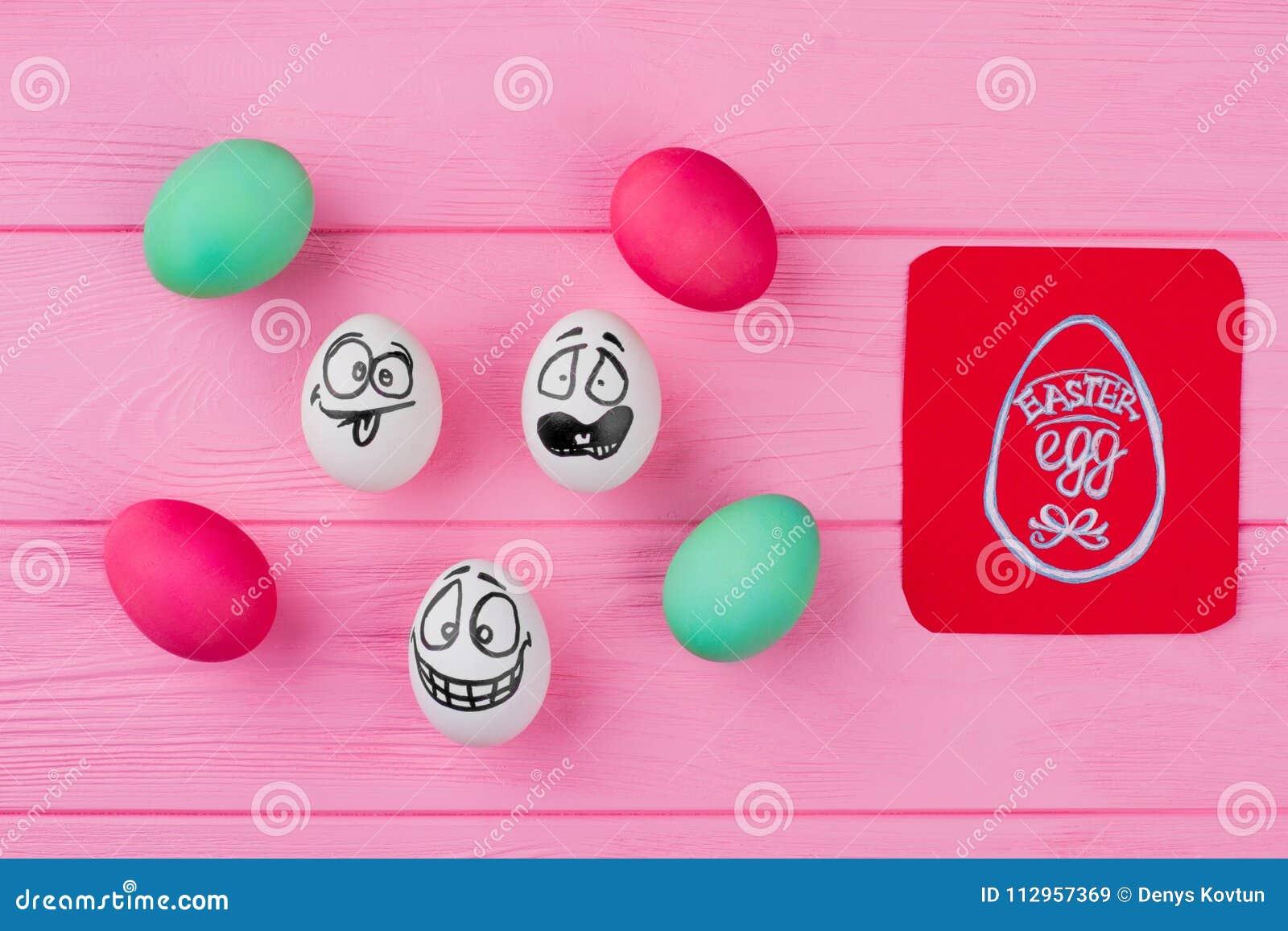 Farbujący jajka i jajka z rysunek twarzami