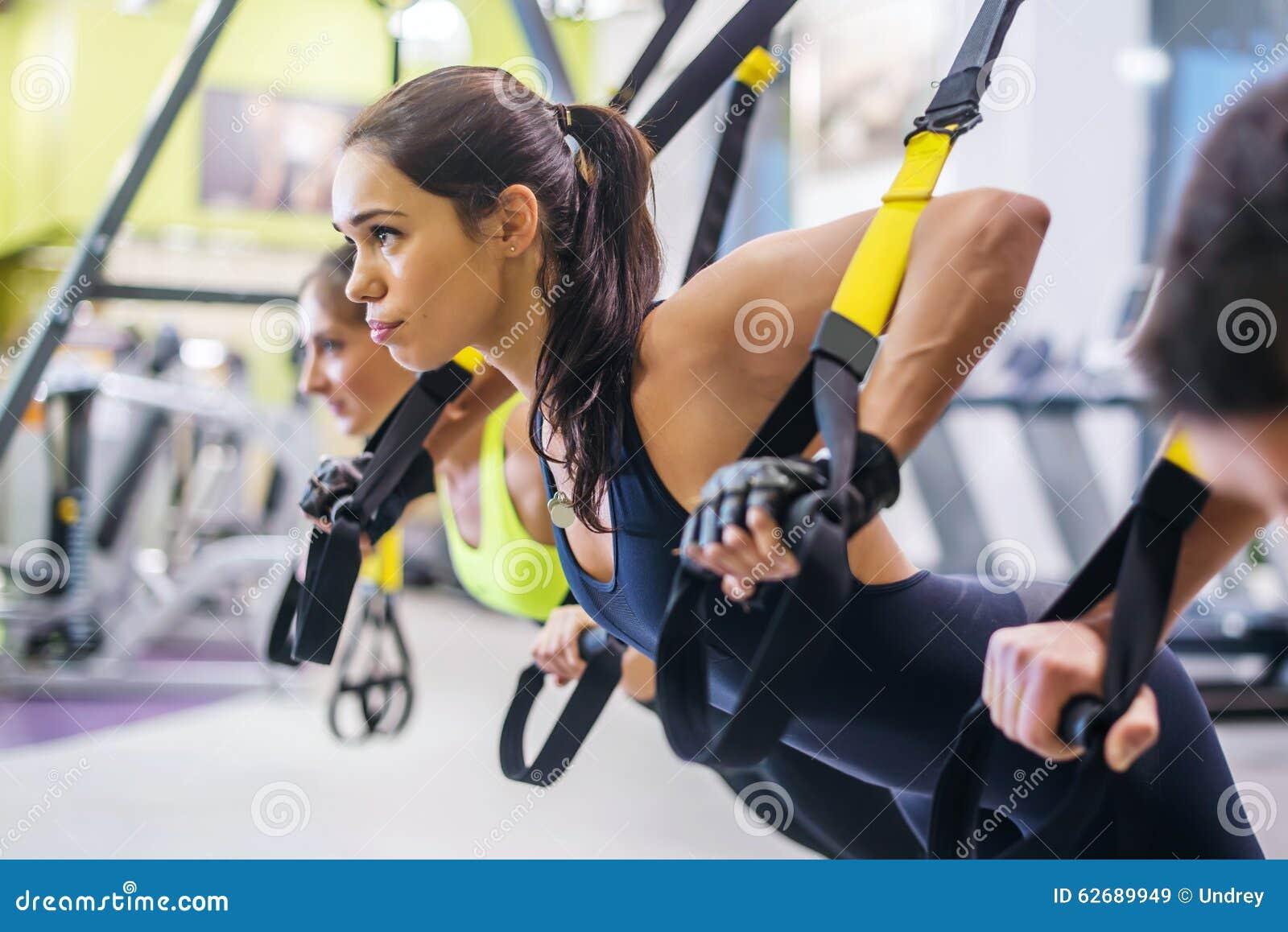 Fare delle donne spinge aumenta le armi di addestramento con trx
