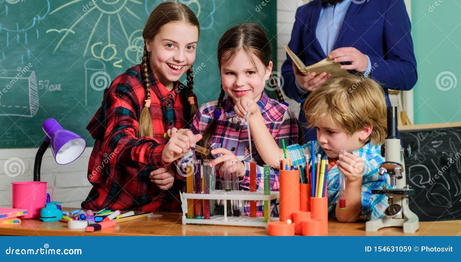 Fare gli esperimenti con i liquidi nel laboratorio di chimica Bambini che fanno gli esperimenti di scienza Istruzione Di nuovo al