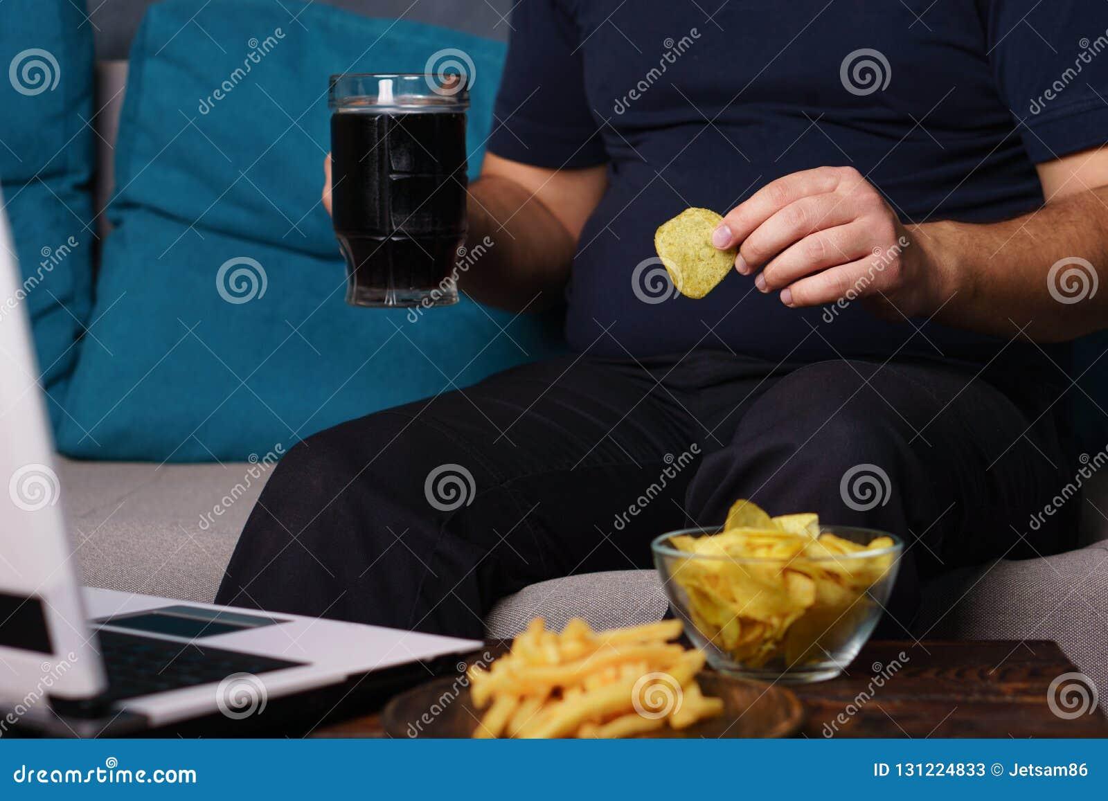 Fare un spuntino irragionevole, mangiante troppo, mancanza di attività fisica