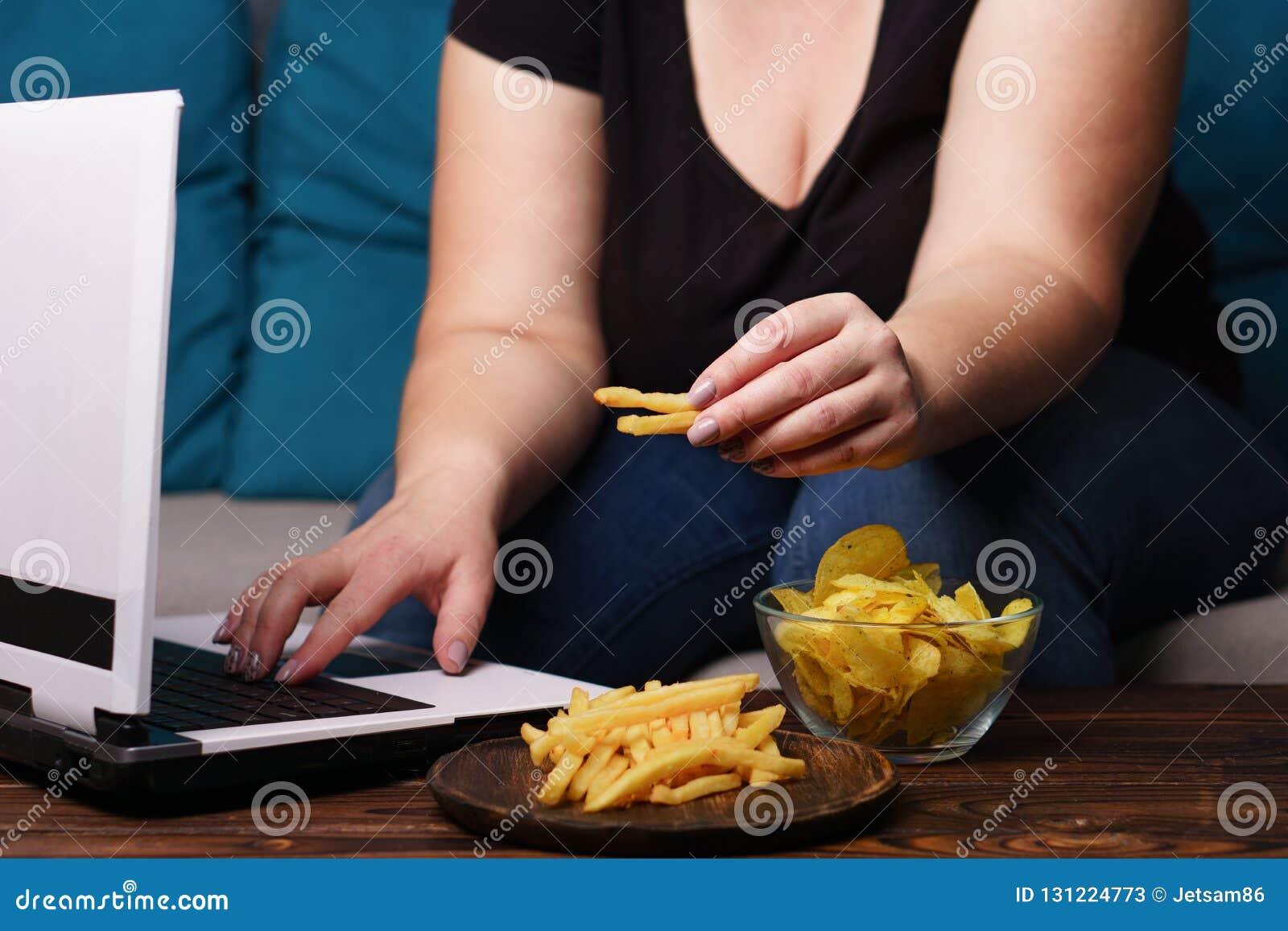Fare un spuntino irragionevole, mangiante troppo, mancanza di attività fisica, lazine