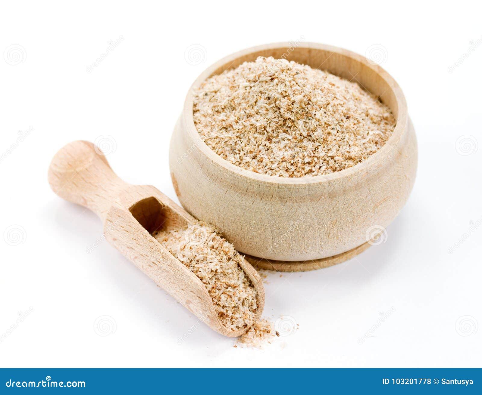 Farelo de trigo na bacia de madeira no fundo branco