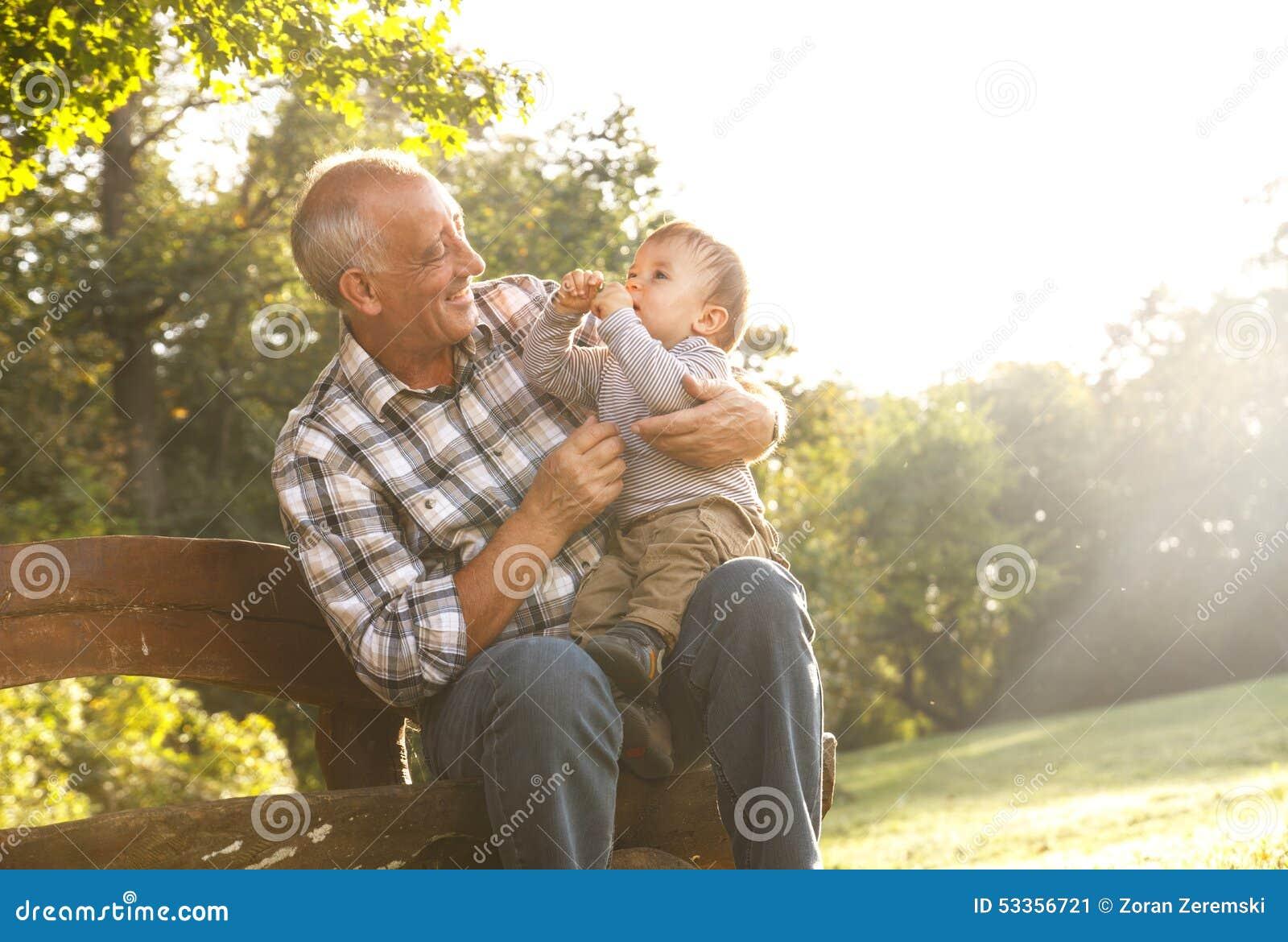 Farfadern med sonsonen parkerar in