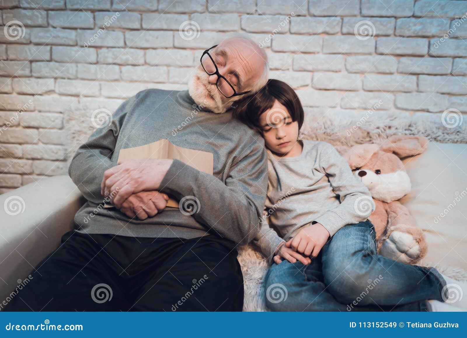 Farfadern och sonsonen sover sammanträde på natten hemma