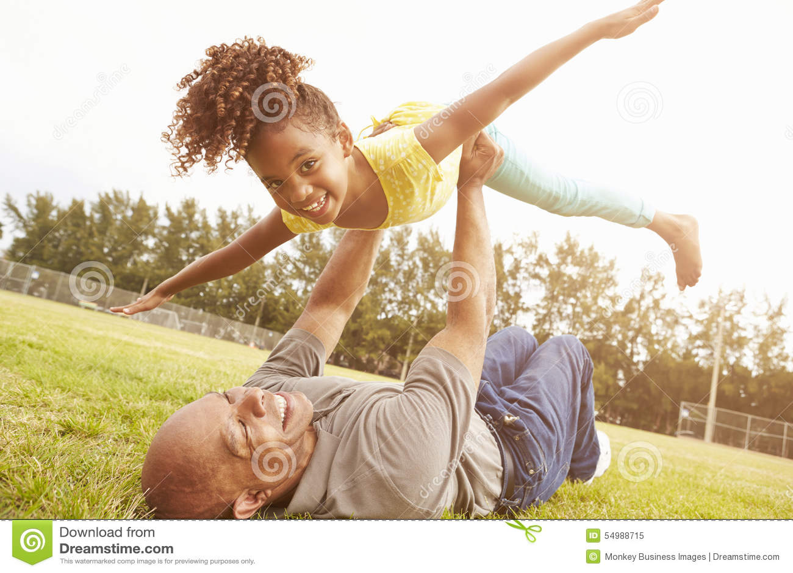 Farfadern som spelar leken med sondottern parkerar in