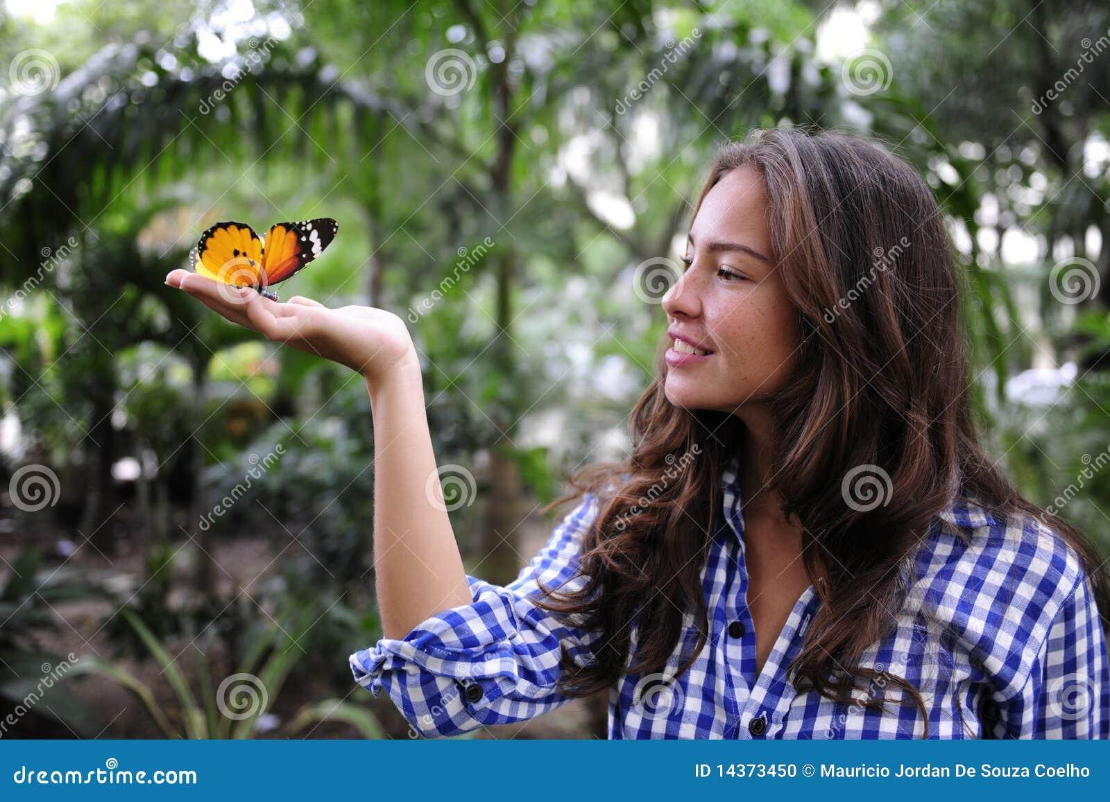 Farfalla e donna nella foresta