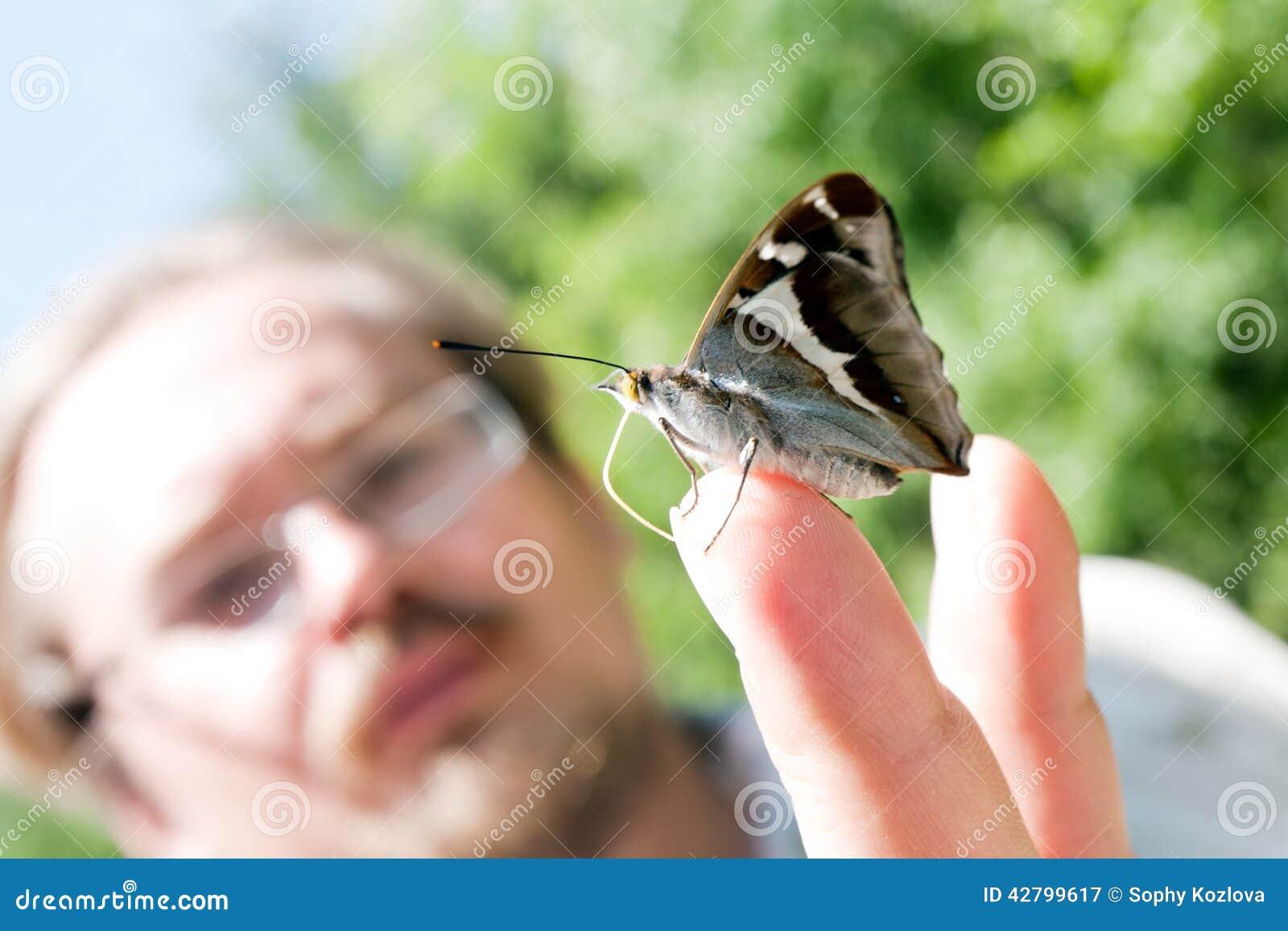 Farfalla sulla mano dell uomo
