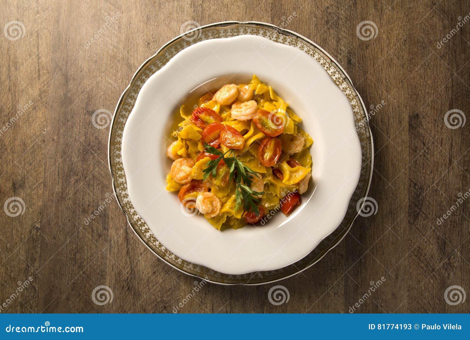 Farfalle de la calabaza con el tomate del camarón y de cereza