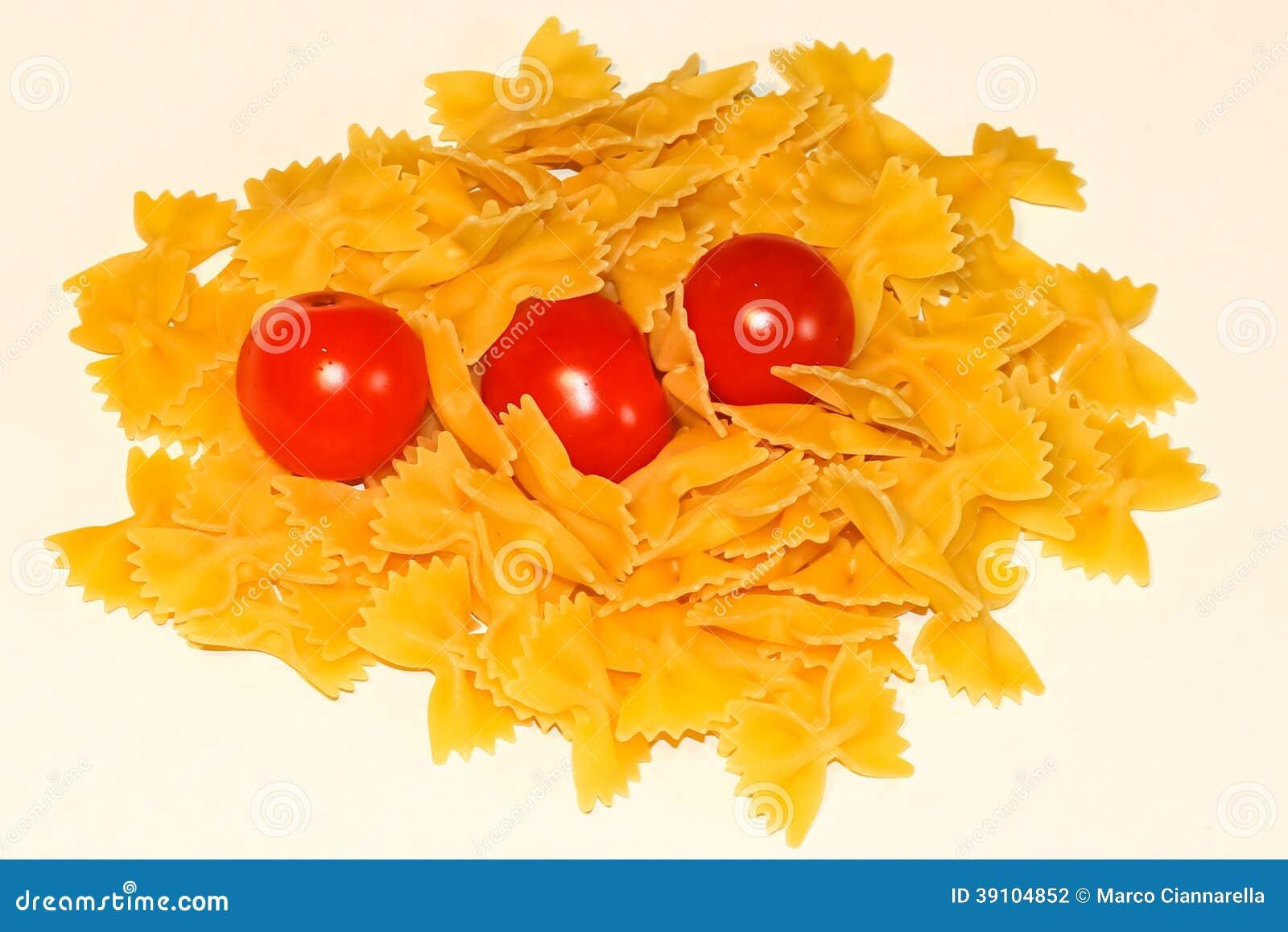 Farfalledeegwaren en tomaat