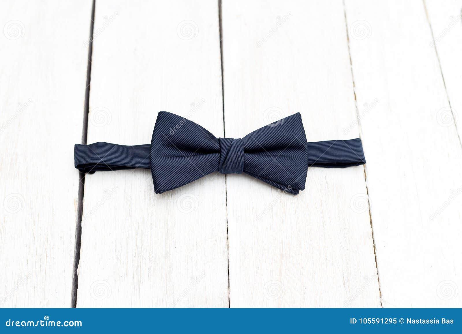 Farfallino blu scuro maschio su un fondo di legno Elementi di stile