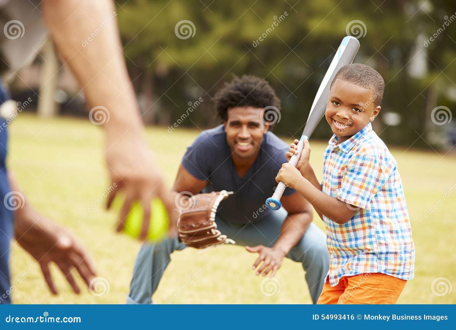 Farfar med sonen och sonsonen som spelar baseball