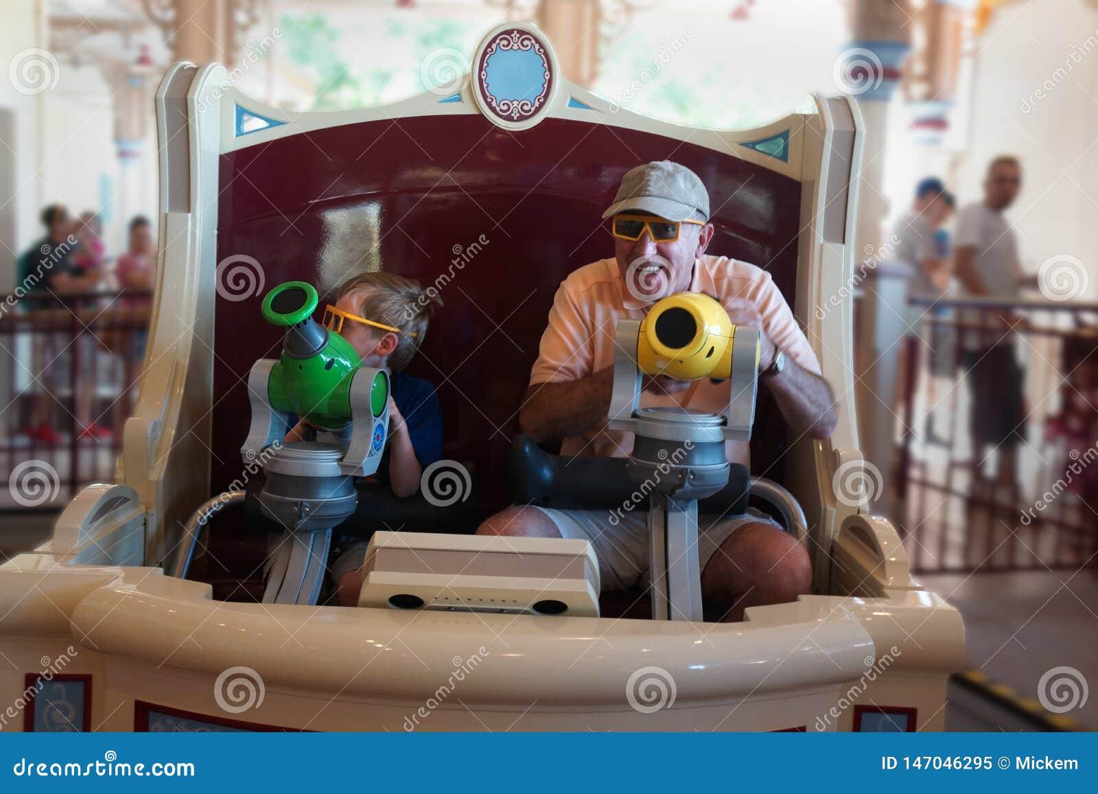 Farfar och barn på karnevalrittnöjesfält