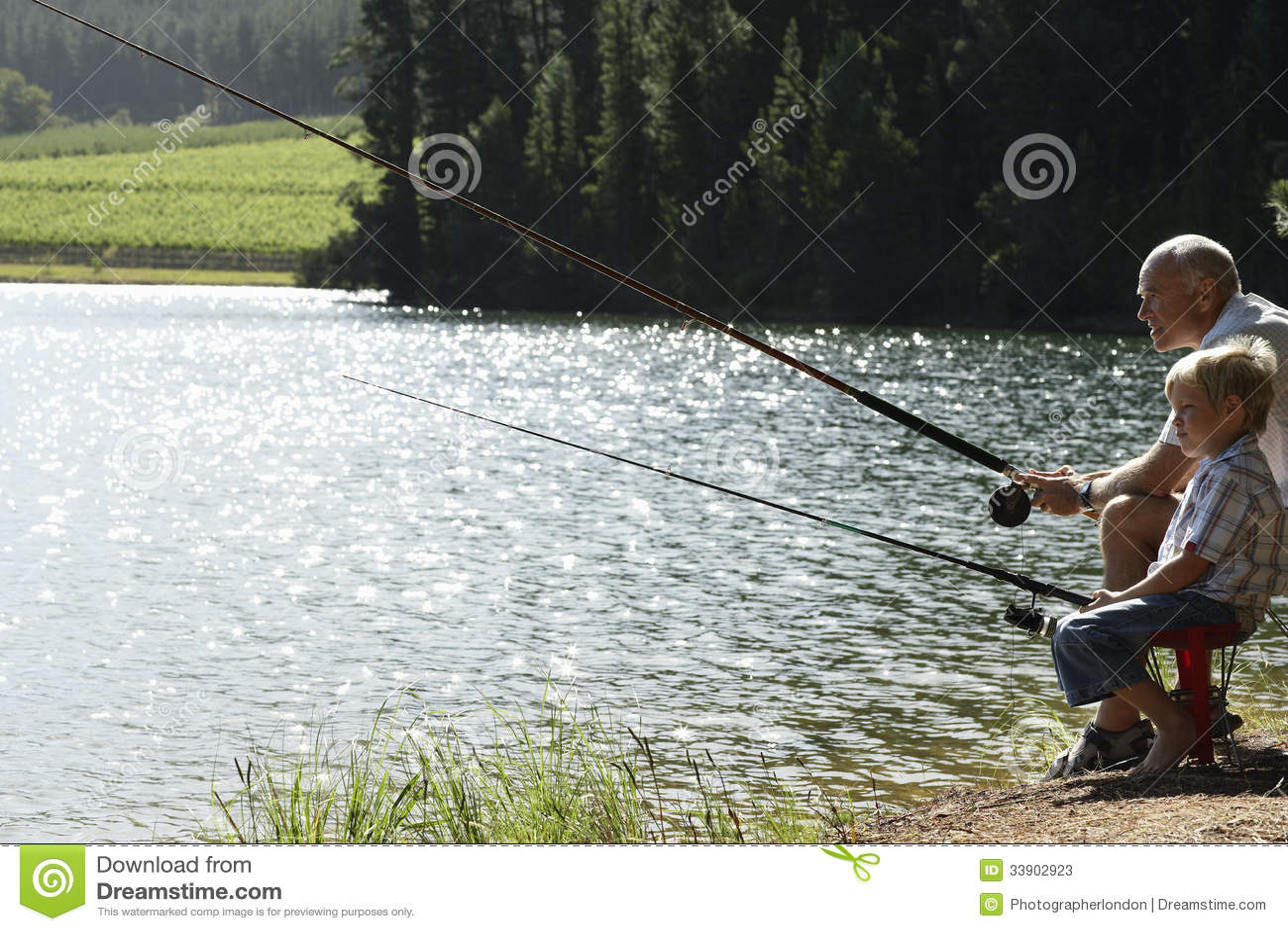 Farfar- och sonsonfiske vid sjön