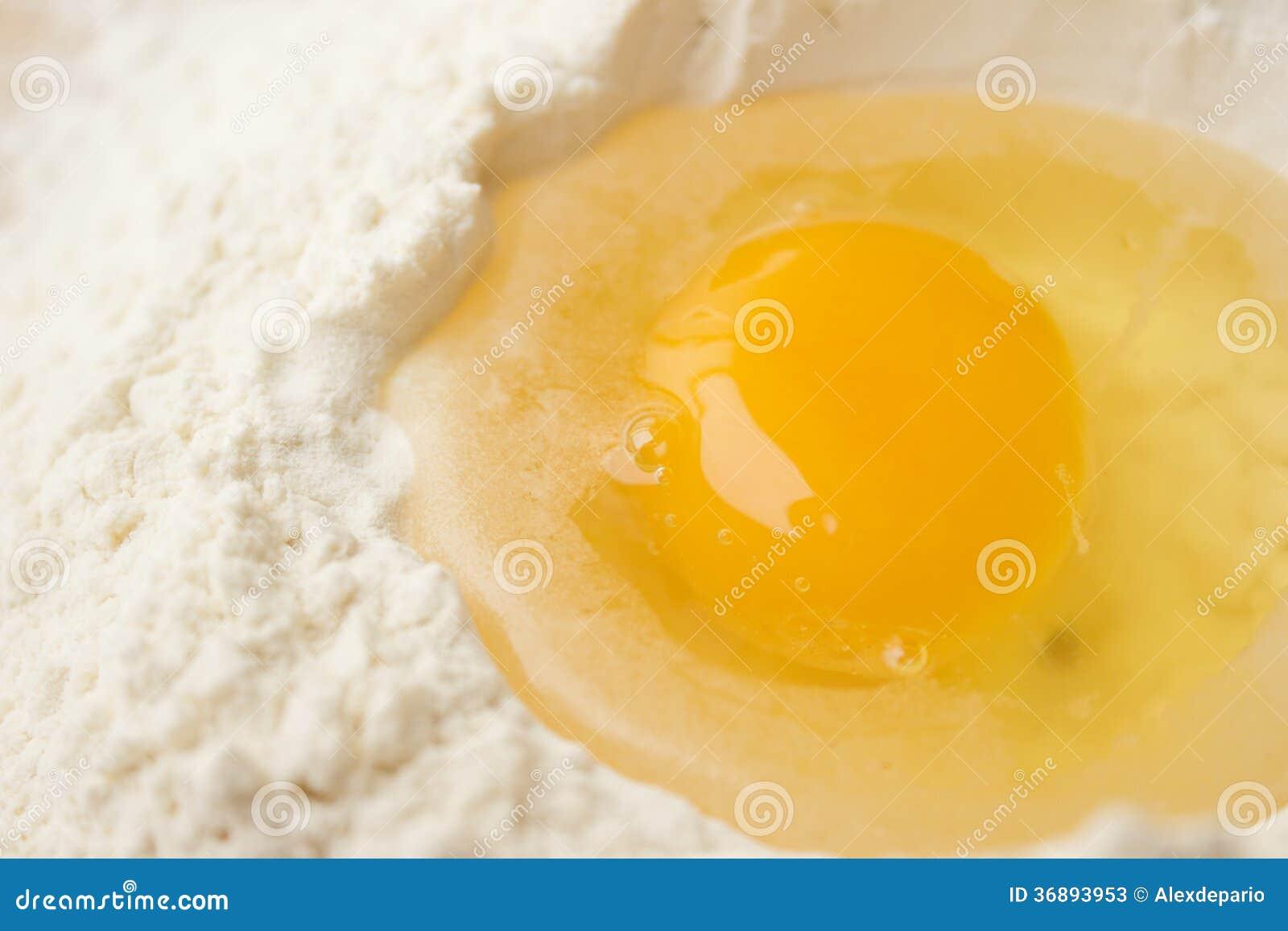 Download Farina ed uovo immagine stock. Immagine di pasta, alimento - 36893953