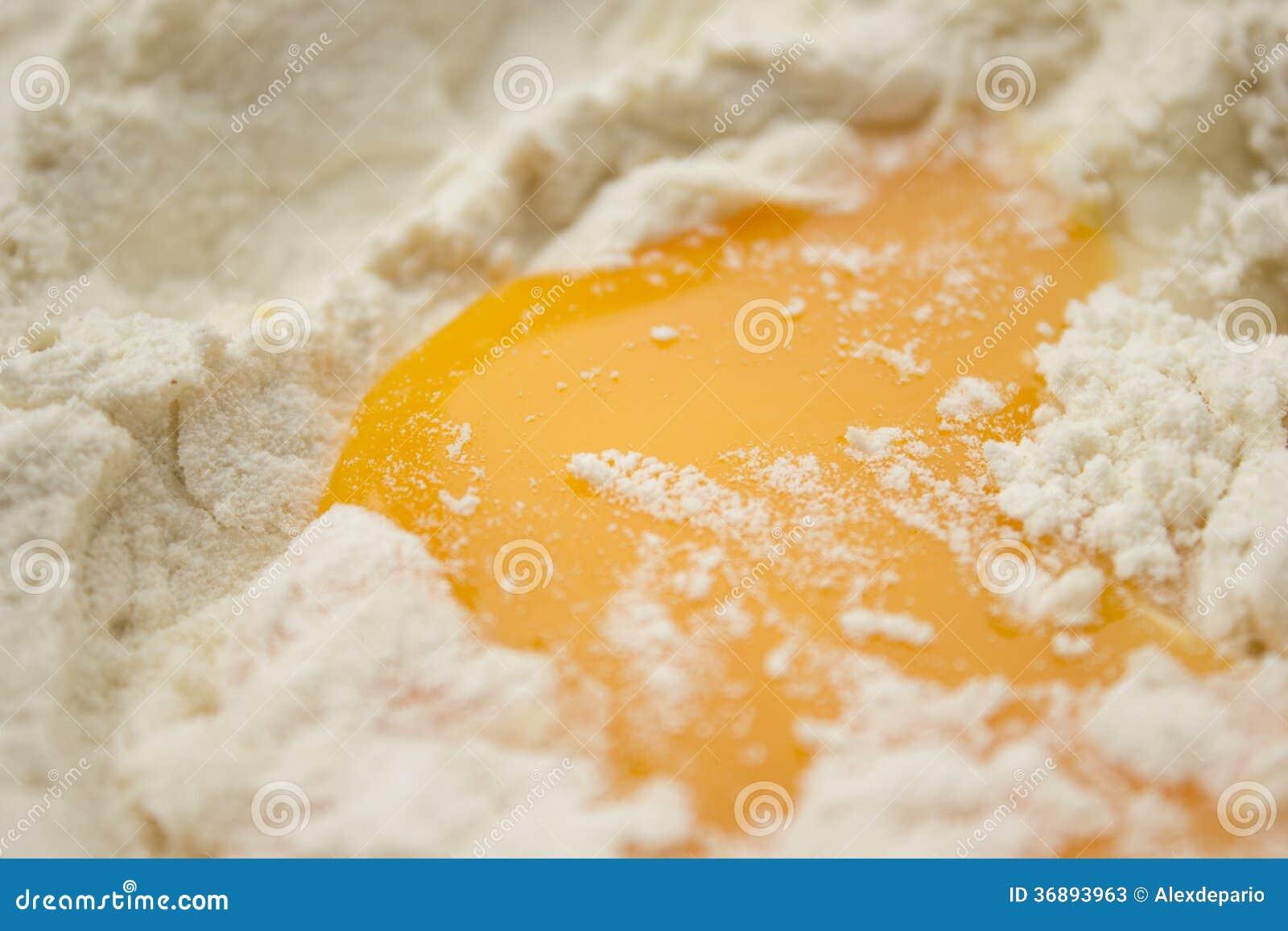 Download Farina ed uovo immagine stock. Immagine di alimento, perno - 36893963
