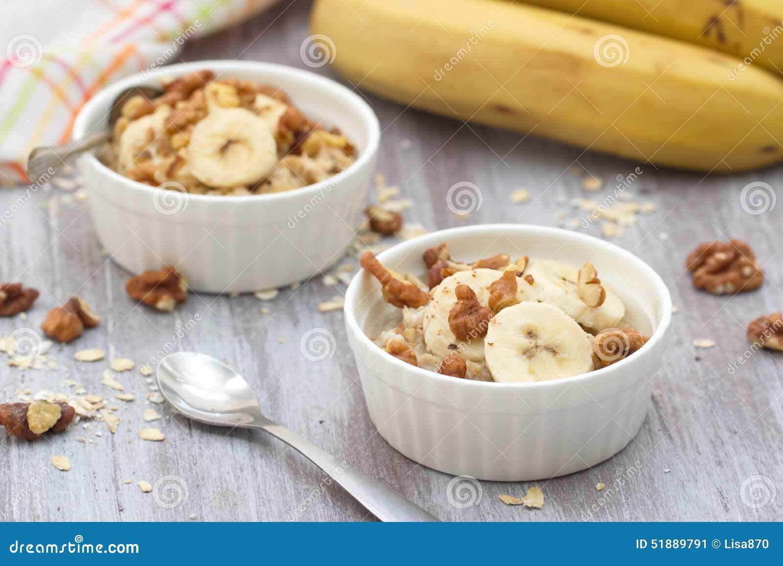 farine d 39 avoine avec la banane le miel et les noix pour le petit d jeuner image stock image. Black Bedroom Furniture Sets. Home Design Ideas