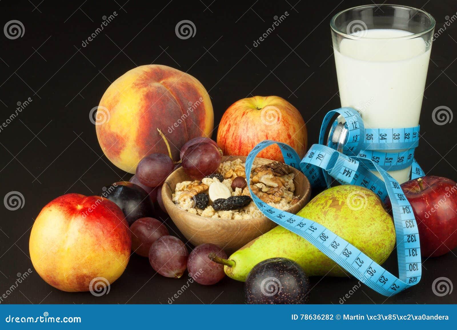 Farine d avoine, fruit et un verre de lait Suivez un régime la nourriture Nourriture nutritive pour des athlètes Régime sain Déje