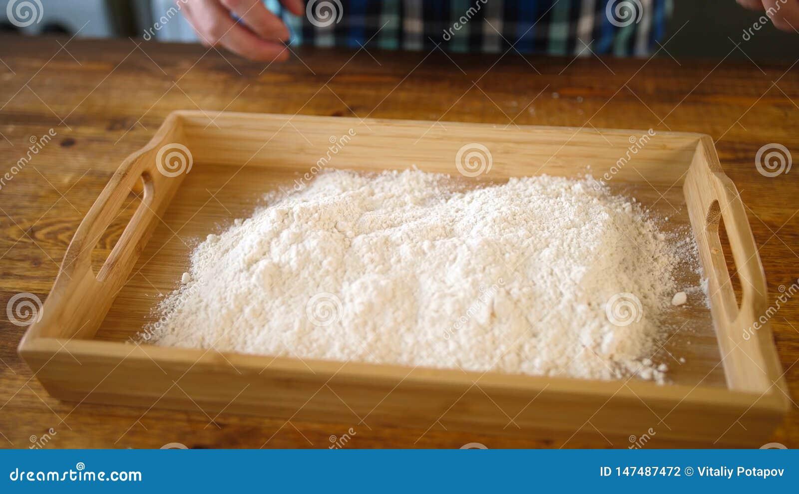 Farine de c?r?ale dans la cuvette Poudre, faisant cuire