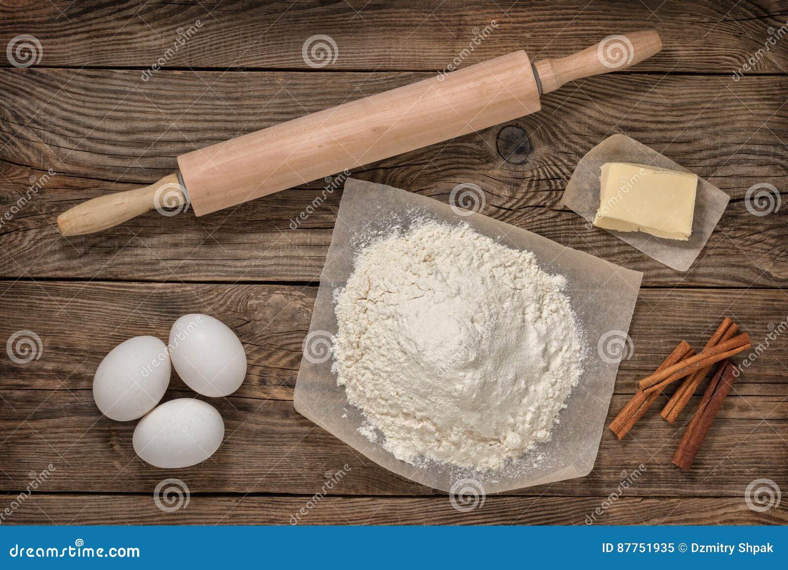 Farine, oeufs, beurre et équipement de cuisson cuisine