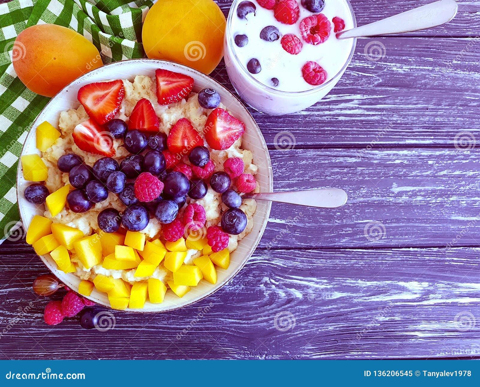 Farinha de aveia, abricó, morango, iogurte natural antioxidante delicioso no fundo de madeira