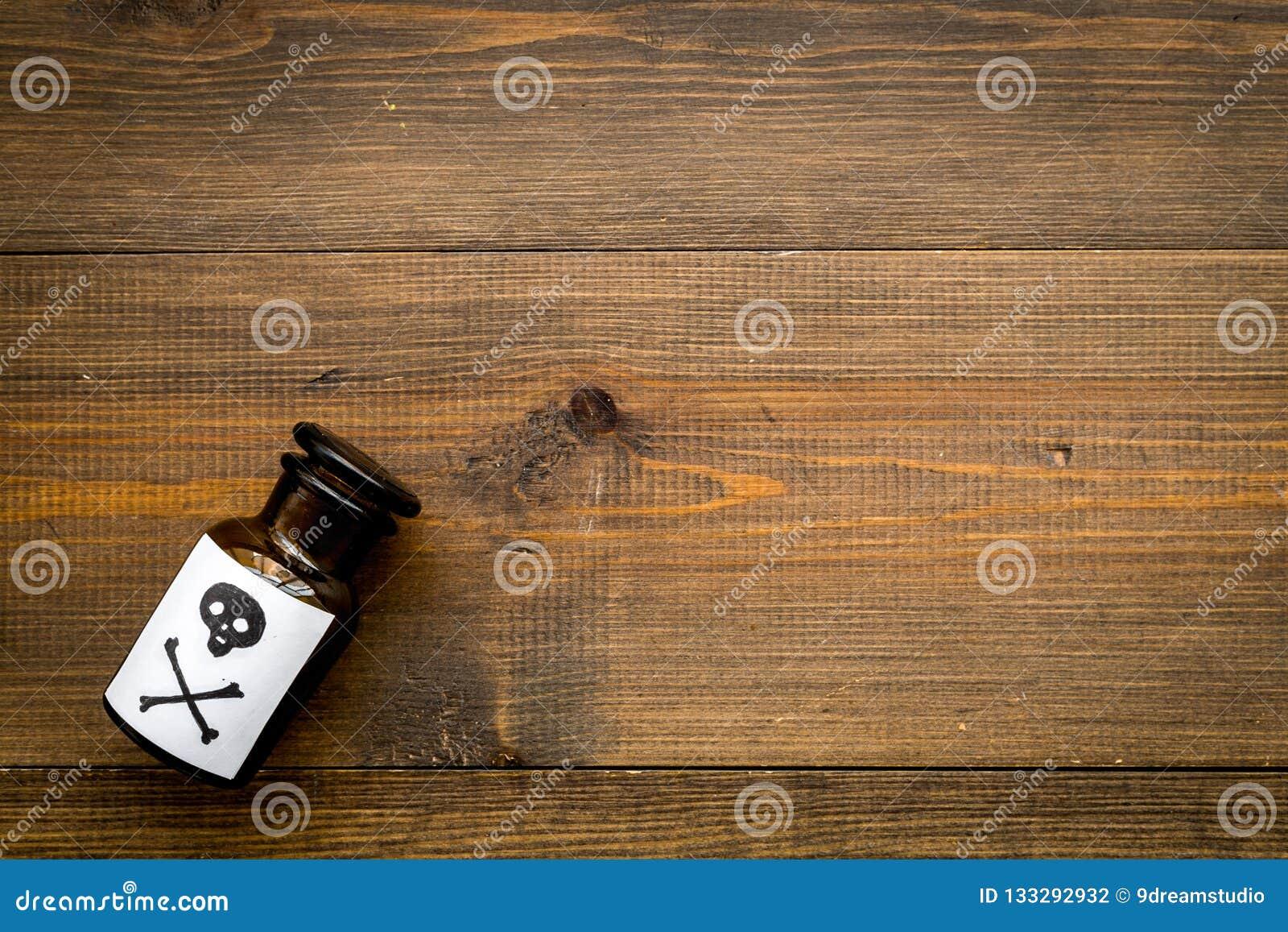 Farliga böjelser, farlig underhållning gift Flaska med skallen och korslagda benknotor på mörk träbakgrundsöverkant
