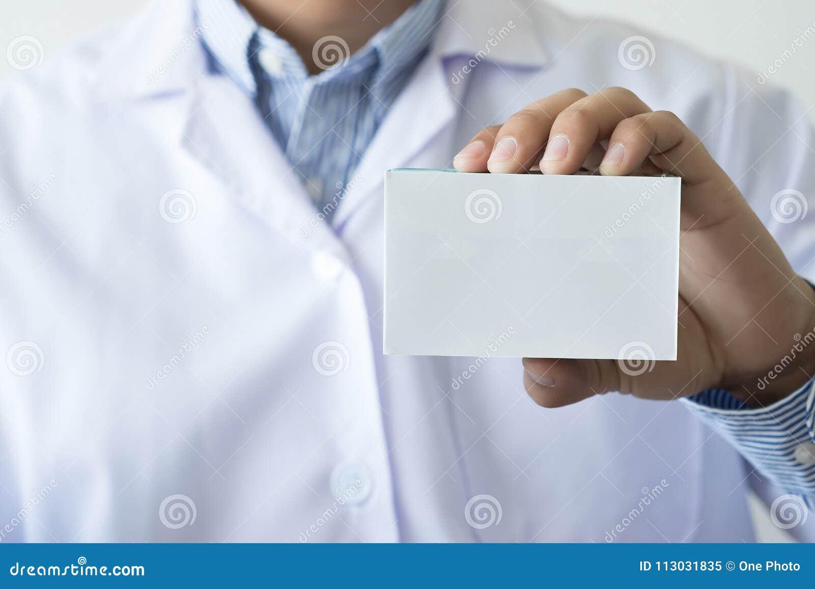Farmacéutico de sexo femenino h de la botella de la medicina del control del farmacéutico de la atención sanitaria
